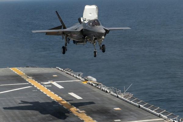 F-35B trong quá trình thử nghiệm hạ cánh thẳng đứng. Ảnh:Hải quân Mỹ.