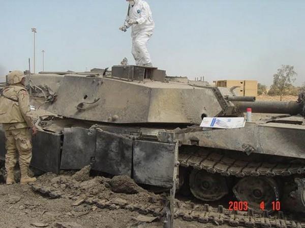 Xe tăng Cojone Eh với hàng loạt vết đạn từ tên lửa của Mỹ. Ảnh: Vkontakte.
