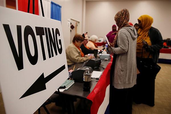 Các cử tri bỏ phiếu sớm ở quận Franklin, thành phố Columbus, bang Ohio, Mỹ. Ảnh: Reuters