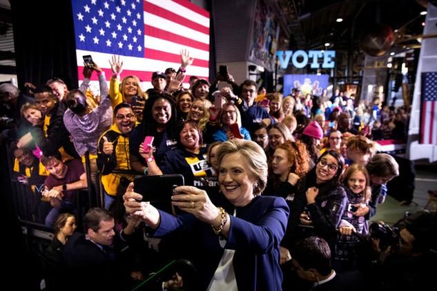Bà Clinton đang nỗ lực lôi kéo cử tri trẻ tuổi ủng hộ cho mình. (Ảnh: NY Times)