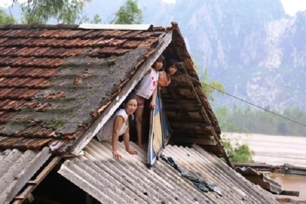 Nhà của người dân miền Trung bị nước lũ nhấn chìm. Ảnh: Hoàng Táo