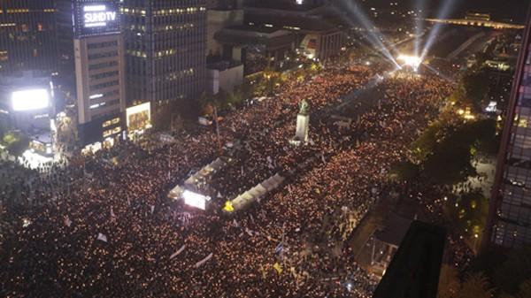 Hàng chục nghìn người biểu tình đòi tổng thống từ chức ở Seoul tối qua. Ảnh: AP