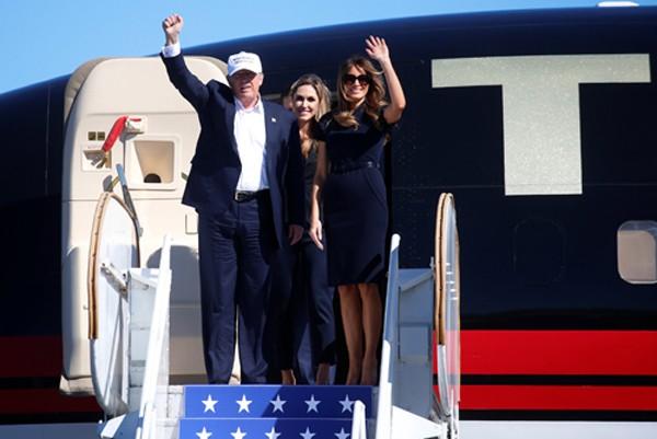Ứng viên tổng thống Donald Trump và vợ đến Wilmington, Bắc Carolina, Mỹ vận động tranh cử hôm qua. Ảnh: Reuters