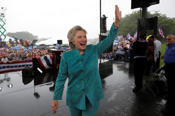 Bà Clinton phải rút ngắn phát biểu do mưa lớn ở quận Broward, Flordia. Ảnh: Reuters