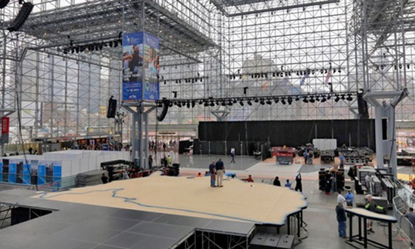 Các công nhân hôm 3/11 chuẩn bị sân khấu cho bà Clinton tại Trung tâm Hội nghị Jacob K. Javits ở New York. Ảnh: AP