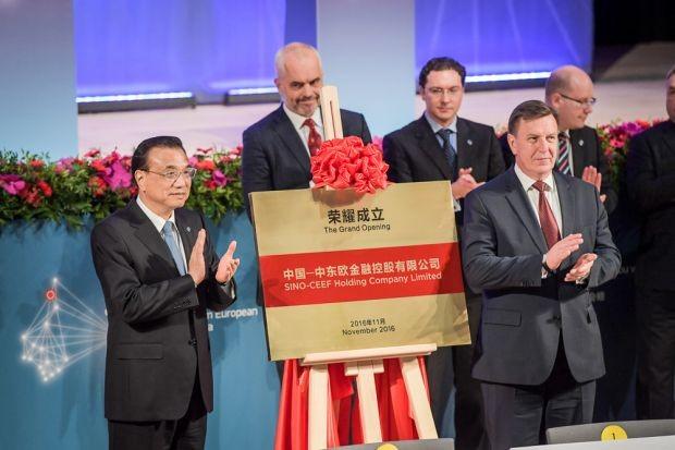Thủ tướng Lý Khắc Cường (trái) tại lễ ra mắt Công ty Sino-CEE Financial Holdings quản lý quỹ đầu tư Trung Quốc - Trung Đông Âu (Ảnh: AFP)