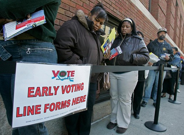 Người dân Ohio xếp hàng đi bầu sớm. Ảnh: US News