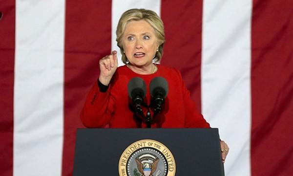 Ứng viên tổng thống đảng Dân chủ Hillary Clinton trong sự kiện vận động ở thành phố Philadelphia, bang Pennsylvania, ngày 7/11. Ảnh: Reuters.