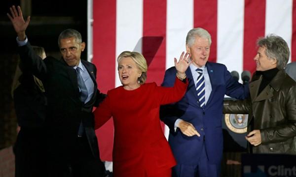 Hillary Clinton (áo đỏ) và Tổng thống Obama, cựu tổng thống Bill Clinton cùng ca sĩ Bon Jovi trong cuộc vận động tại Philadelphia ngày 7/11. Ảnh: Reuters