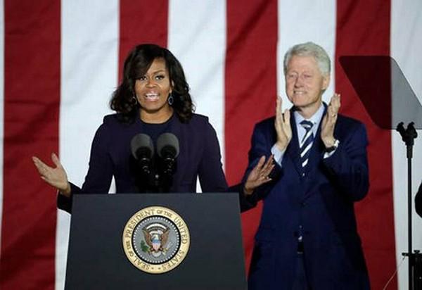 """Bà Obama giới thiệu chồng là """"tình yêu đời tôi"""" lên sân khấu. Ảnh: AP"""