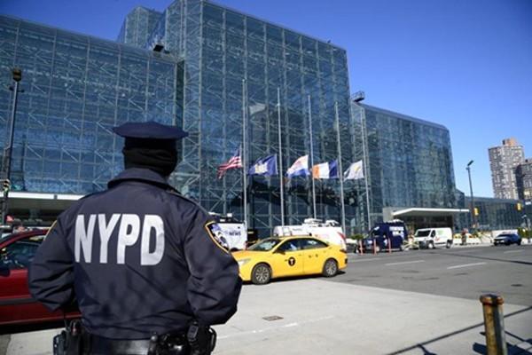 Một sĩ quan cảnh sát túc trực bên ngoài trung tâm hội nghị Javits. Ảnh:New York Daily News