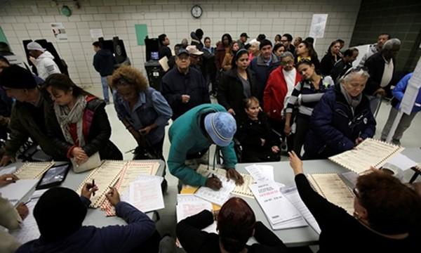 Cử tri đăng ký bầu cử tại điểm bỏ phiếu khu Bronx, New York. Ảnh: Reuters