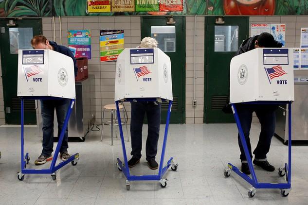 Người dân bỏ phiếu bầu tổng thống Mỹ tại trường James Weldon Johnson ở New York vào sáng 8/11 (Ảnh: Reuters)