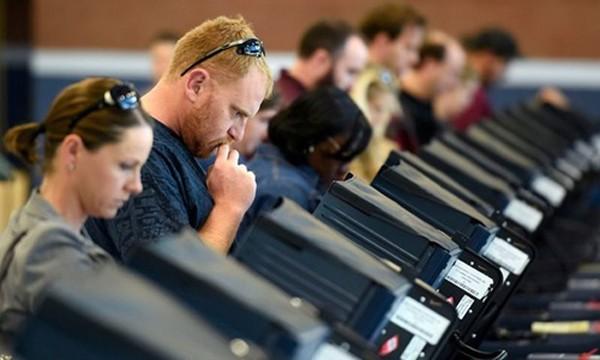 Các cử tri đi bỏ phiếu tại thành phố Las Vegas, bang Nevada. Ảnh: Reuters