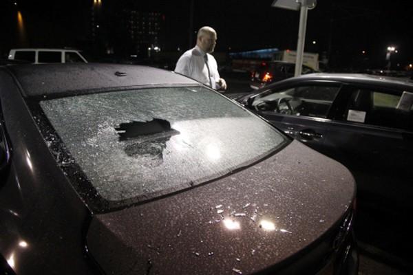 Những chiếc ôtô bị đập phá sau cuộc biểu tình phản đối ông Trump làm tổng thống Mỹ biến thành bạo động ở Portland, Oregon. Ảnh: Reuters