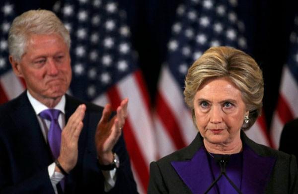 Ứng viên tổng thống đảng Dân chủ Hillary Clinton trong bài phát biểu chấp nhận thua cuộc. Ảnh:Reuters