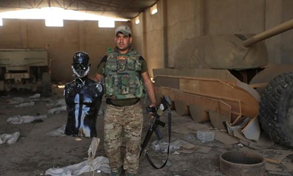 Binh sĩ Iraq phát hiện hình điêu khắc có gắn râu và xe tăng gỗ được Nhà nước Hồi giáo dùng để đánh lạc hướng tại Bawiza, phía bắc Mosul, Iraq, ngày 13/11. Ảnh: Reuters
