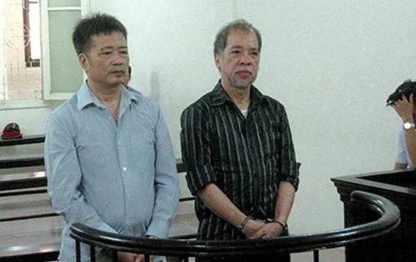 2 bị cáo Nguyễn Đình Bang và Nguyễn Huy Khang tại phiên tòa xét xử giữa năm 2015. Ảnh: Nguyễn Quỳnh