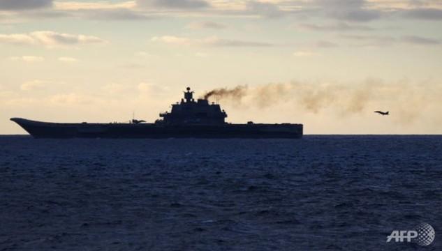 Một máy bay đang hạ cánh xuống tàu sân bay Đô đốc Kuznetsov. (Ảnh minh họa: AFP)