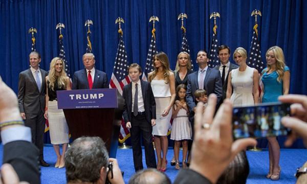 Ông Trump cùng vợ, các con và cháu trong gia đình. Ảnh: Bloomberg