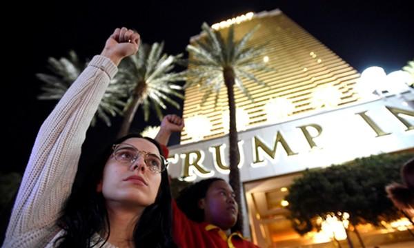 Người biểu tình chống Trump tại khách sạn Las Vegas, Nevada ngày 12/11. Ảnh: Reuters