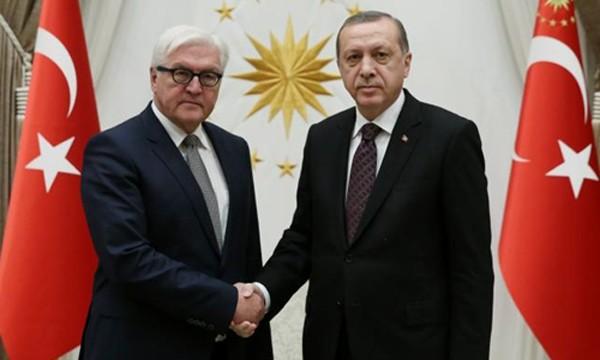 Tổng thống Thổ Nhĩ Kỳ Tayyip Erdogan tiếp Ngoại trưởng Đức Frank-Walter Steinmeier hôm 15/11 tại Ankara. Ảnh: Reuters.