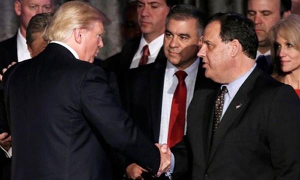 Thống đốc New Jersey Chris Christie (phải) hồi tuần trước bị thay thế vị trí lãnh đạo ban chuyển giao quyền lực của Tổng thống Mỹ đắc cử Donald Trump. Ảnh:Reuters