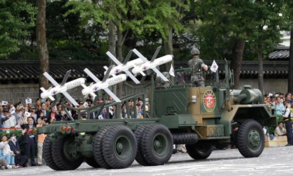 Tên lửa Spike do Israel sản xuất xuất hiện trong cuộc duyệt binh ở Seoul kỷ niệm 65 năm thành lập các lực lượng vũ trang Hàn Quốc tháng 10/2013. Ảnh: AP.