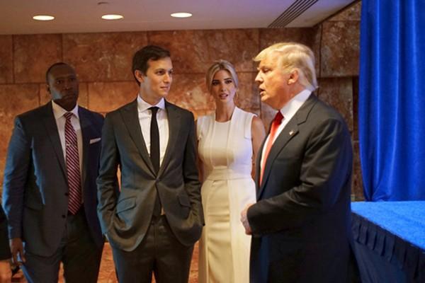 Jared Kushner (thứ hai từ trái sang)và vợ Ivanka Trump, cùng ôngDonald Trump tạiTrump Tower năm ngoái. Ảnh:NY Times