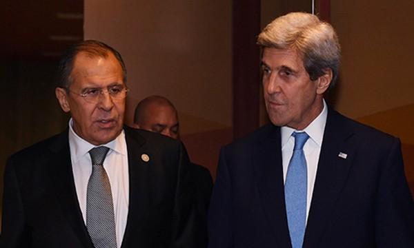 Ngoại trưởng Nga Lavrov (trái) và người đồng cấp Mỹ Kerry tại Lima, Peru. Ảnh:AFP.