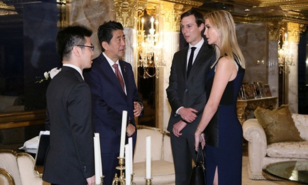 Thủ tướng Nhật Bản Shinzo Abe (thứ hai từ trái sang) trao đổi với Ivanka Trump, con gái của Donald Trump, và chồng cô, Jared Kushner, tại Tháp Trump, Manhattan, New York, ngày 17/11. Ảnh: Reuters.