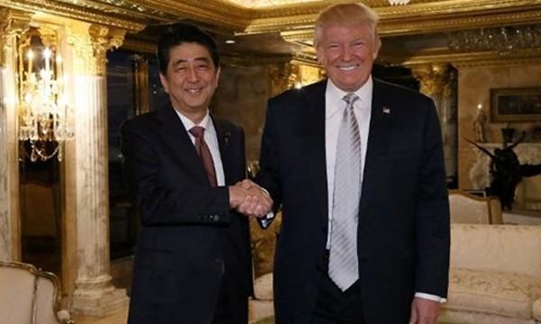 Donald Trump gặp Thủ tướng Nhật Shinzo Abe tại Tháp Trump, New York hôm 17/11. Ảnh:Reuters.
