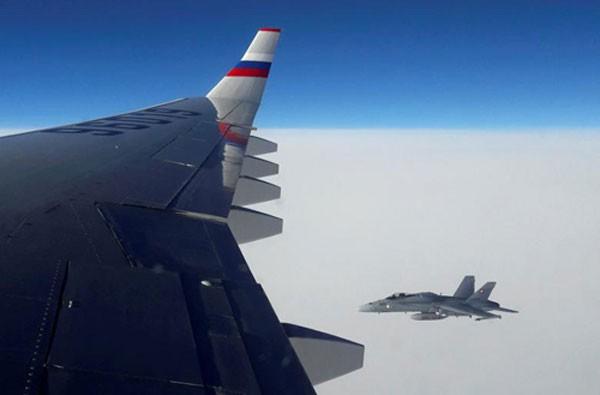 Góc nhìntừ trong máy bay NgaIlyushin Il-96 cho thấy một chiến đấu cơF/A-18 Thụy Sĩ bay gầntrong không phận Thụy Sĩ hôm qua. Ảnh:Reuters