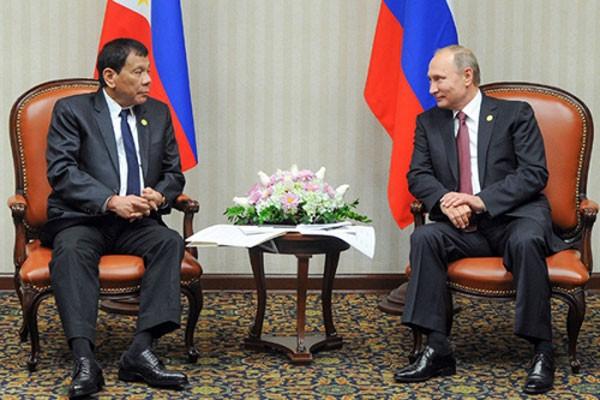 Tổng thống Philippines và Nga hôm 19/11 gặp bên lề hội nghịAPEC ở Lima, Peru. Ảnh:AP