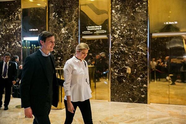 Jared Kushner và vợ, Ivanka Trump, xuất hiện tại đại sảnh tòa nhà Trump Tower một tuần sau cuộc bầu cử tổng thống Mỹ. Ảnh:New York Times