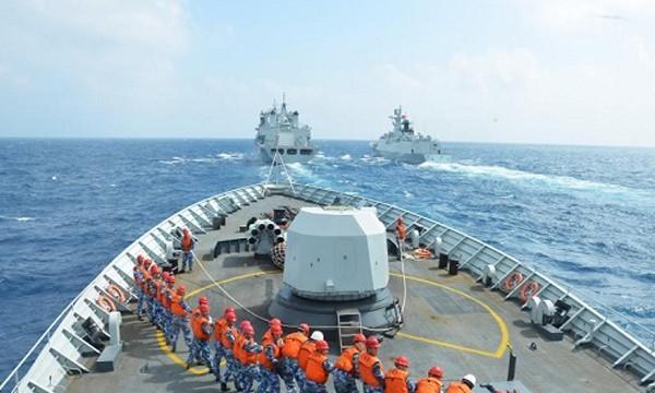 Binh sĩ Tung Quốc trên tàu khu trục đang tập trận tại Biển Đông. Ảnh:China daily