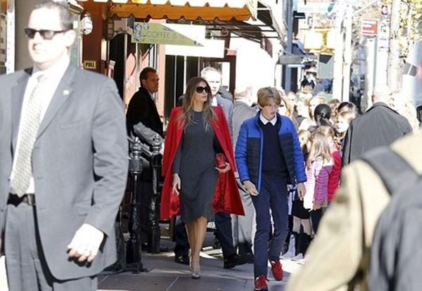 Bà Melania Trump và con trai Barron được các Mật vụ Mỹ theo sát bảo vệ khi ra ngoài ăn trưa hôm 18/11. Ảnh:Best Images