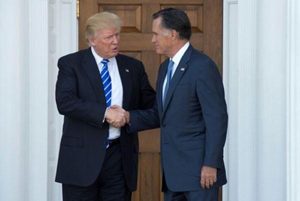Ông Donald Trump (trái) hôm qua bắt tay tiễn ông Mitt Romney sau cuộc gặp tại câu lạc bộ golf tư nhân ở Bedminster, New Jersey. Ảnh:AFP