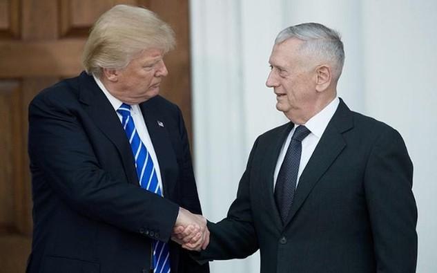 Tổng thống đắc cử Mỹ Donald Trump gặp gỡ tướng về hưu James Mattis. (Ảnh: AFP)