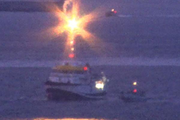 Tàu hải quân Anh HMS Sabre bắn pháo sáng cảnh báo tàu khảo sát Tây Ban Nha ngoài khơi Gibraltar. Ảnh:Mirror.