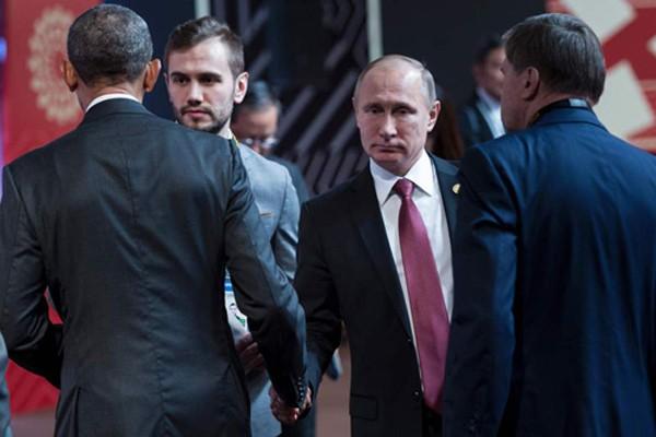 Tổng thống Nga Putin và người đồng cấp Mỹ Obama bị bắt gặp không nhìn nhau khi bắt tay. Ảnh:AFP