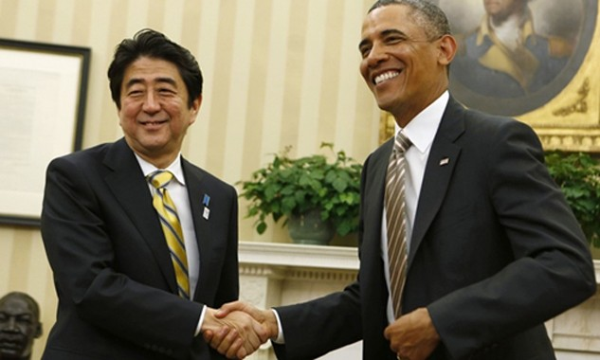 Tổng thống Mỹ Barack Obama (phải) và Thủ tướng Nhật Bản Shinzo Abe. Ảnh:Reuters.