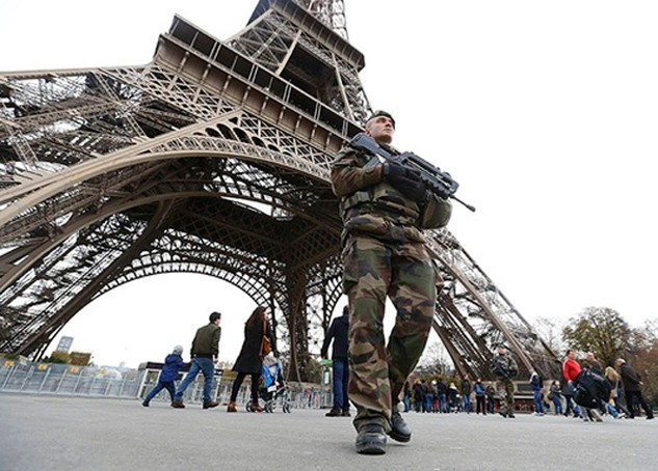Quân đội Pháp hôm 14/12tuần tra tháp Eiffel một ngày sau chuỗi cuộc tấn công ở Paris. Ảnh:Reuters