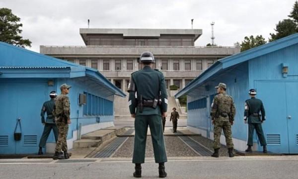 Biên phòng Hàn Quốc và Triều Tiên canh gác tại khu phi quân sự. Ảnh:Reuters
