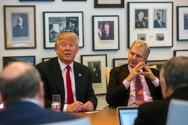 Donald Trump và chủ tờ New York Times Arthur O. Sulzberger Jr. (phải) trong cuộc gặp ngày 22/11. Ảnh: New York Times.