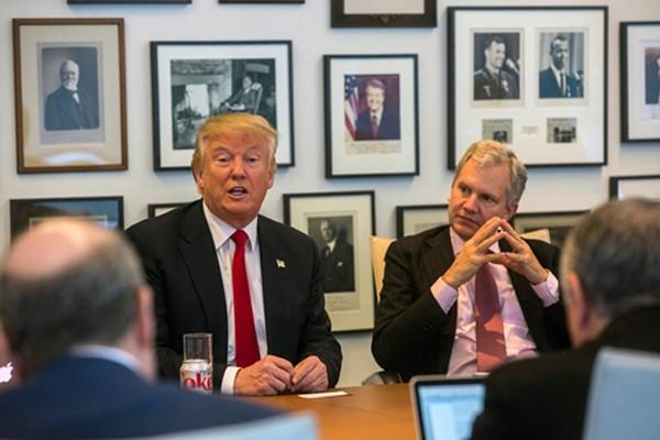Donald Trump và chủ tờ New York Times Arthur O. Sulzberger Jr. (phải) trong cuộc gặp ngày 22/11. Ảnh: New York Times