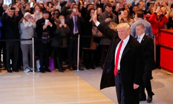Donald Trump chào đám đông tập trung ở sảnh tòa nhà củaNew York Times ngày 22/11. Ảnh:Reuters
