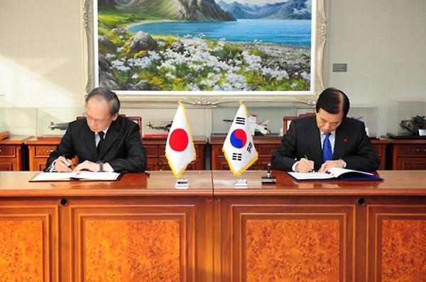 Bộ trưởng Quốc phòng Hàn Quốc Han Min-koo và Đại sứ Nhật tại Seoul Yasumasa Nagamine ký kết hiệp định tại Bộ Quốc phòng ở Seoul. Ảnh:Yonhap