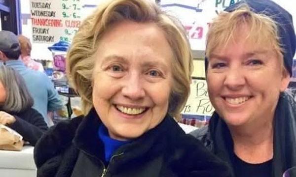Bà Hillary Clinton (trái) chụp ảnh cùng chủ cửa hàng tạp hóa ở Chappaqua, New York. Ảnh:Linda Bosco