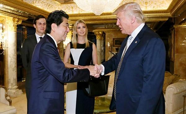 Tổng thống Mỹ Donald Trump, phải, gặp gỡThủ tướng Nhật Bản một tuần sau khi ôngđắc cử. Ảnh:AFP